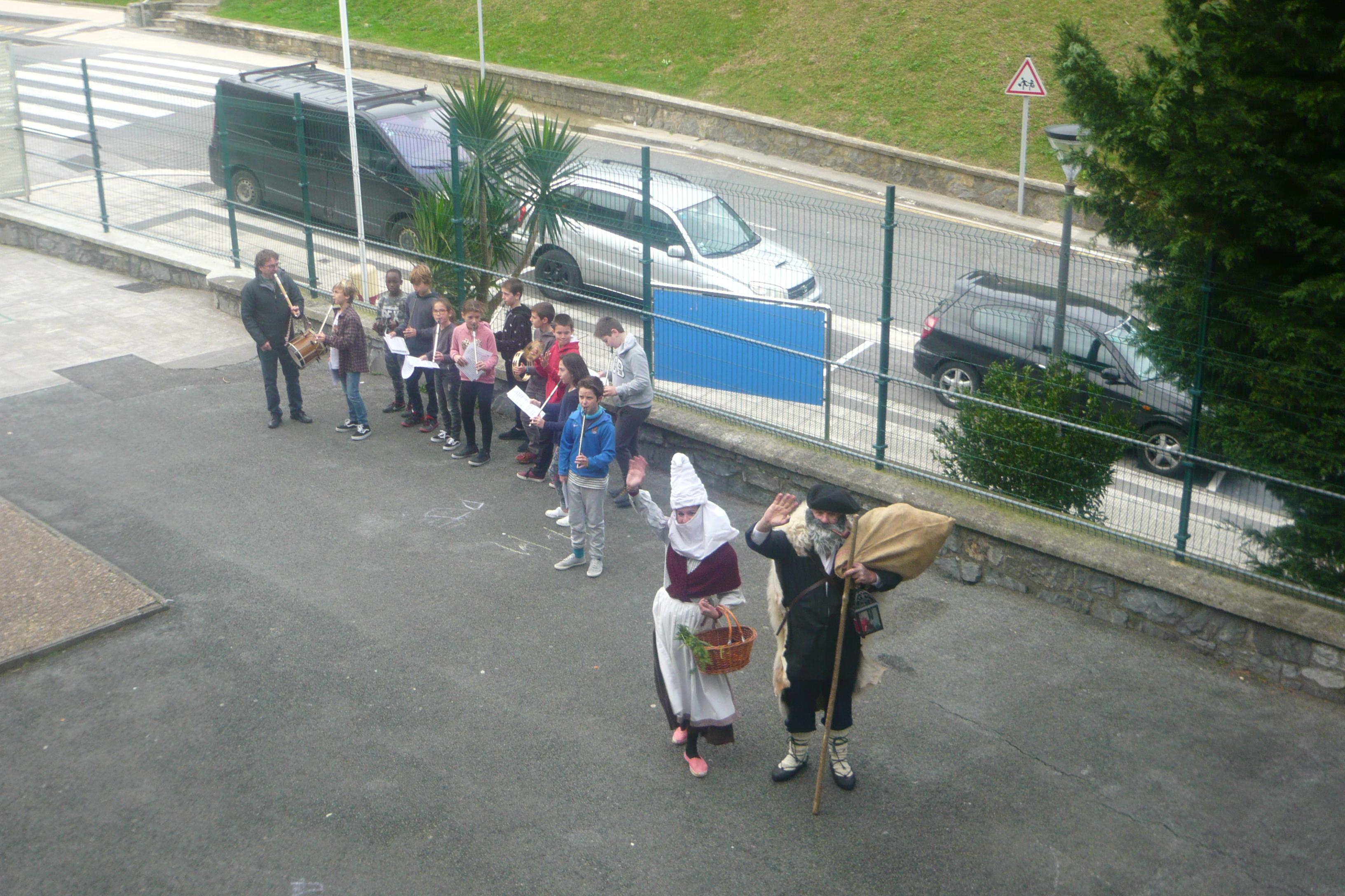 Mari Domingi eta Olentzero Iturzaeta Herri Eskolan