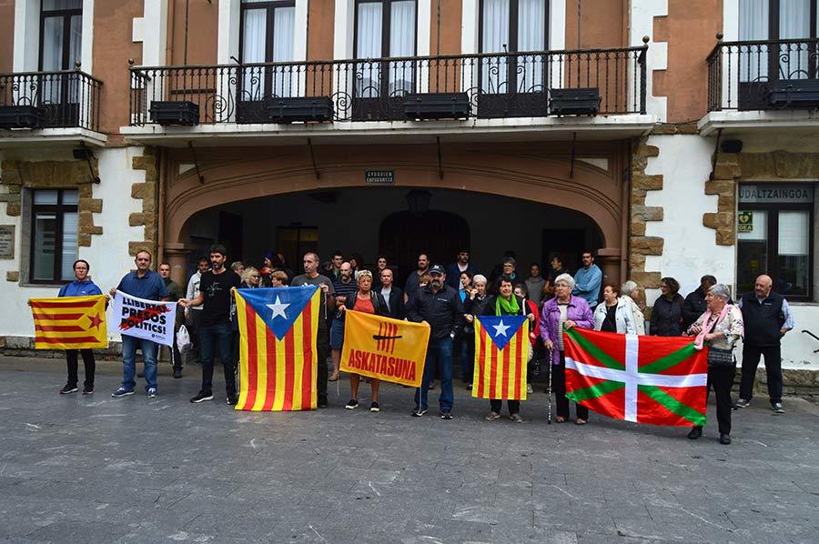 Kataluniako  auziaren  epaia  salatzeko  elkartu  dira  udaletxe  aurrean